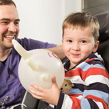 Zahnarzt mit Kind